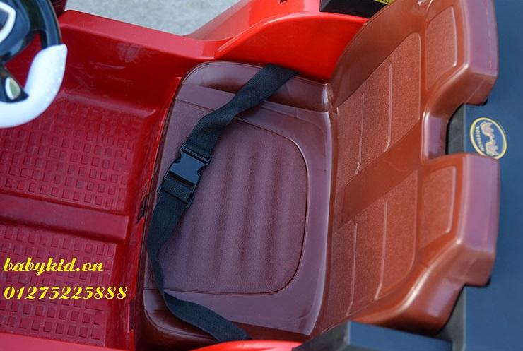xe-ô-tô-điện-trẻ-em-HSD-8101-mô-phỏng-2-ghế-ngồi-rộng