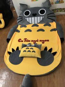 Nem-hinh-thu-ruot-cao-su-hinh-Totoro-xam-vang