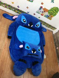 Nem-hinh-thu-ruot-mut-cao-su-hinh-stitch-xanh